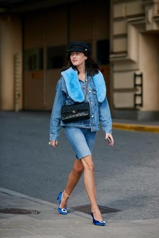 Как и с чем носить: синяя джинсовая куртка, синие джинсовые велосипедки, синие сатиновые туфли с украшением, черная кожаная стеганая сумка-саквояж
