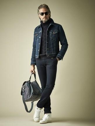 С чем носить темно-синие шерстяные брюки чинос: Тандем темно-синей джинсовой куртки и темно-синих шерстяных брюк чинос поможет создать незаезженный мужской образ в повседневном стиле. Создать интересный контраст с остальными предметами из этого ансамбля помогут белые кожаные высокие кеды.