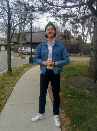 С чем носить бело-зеленые кожаные низкие кеды мужчине: Синяя джинсовая куртка и черные брюки чинос будет отличной идеей для простого лука на каждый день. Тебе нравятся смелые сочетания? Можешь завершить свой образ бело-зелеными кожаными низкими кедами.