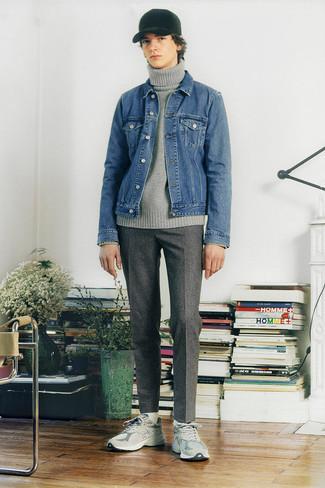 Мода для подростков парней: Составив образ из синей джинсовой куртки и серых шерстяных брюк чинос в клетку, можно уверенно отправляться на свидание с девушкой или мероприятие с коллегами в непринужденной обстановке. Тебе нравятся незаурядные решения? Можешь закончить свой лук серыми кроссовками.