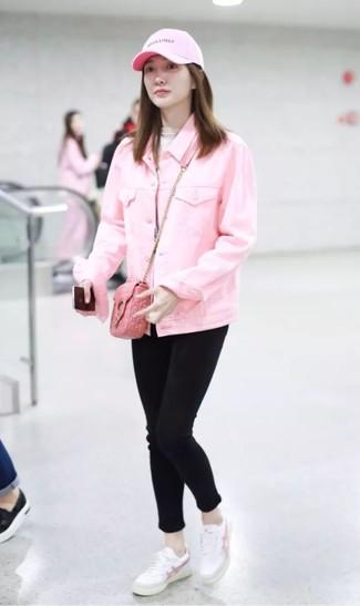 Как и с чем носить: розовая джинсовая куртка, бежевая водолазка, черные джинсы скинни, белые кожаные низкие кеды