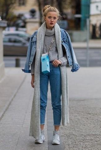 Как и с чем носить: синяя джинсовая куртка, серая вязаная водолазка, синие джинсы, серые высокие кеды