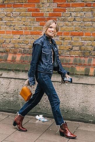 Как и с чем носить: темно-синяя джинсовая куртка, бежевая водолазка, темно-синие джинсы, темно-красные кожаные ковбойские сапоги