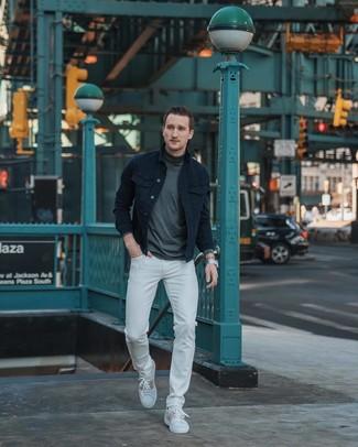Как и с чем носить: черная джинсовая куртка, темно-серая водолазка, белые джинсы, белые кожаные низкие кеды