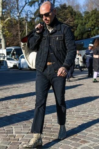 Бежевые кожаные ботинки челси со змеиным рисунком: с чем носить и как сочетать мужчине: Темно-синяя джинсовая куртка в паре с темно-синими джинсами продолжает импонировать стильным мужчинам. Этот образ легко обретает новое прочтение в тандеме с бежевыми кожаными ботинками челси со змеиным рисунком.