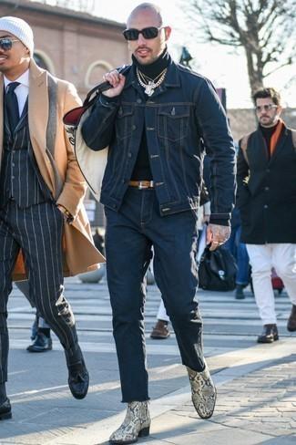 Бежевые кожаные ботинки челси со змеиным рисунком: с чем носить и как сочетать мужчине: Темно-синяя джинсовая куртка и темно-синие джинсы — рассмотри этот выбор, если не боишься находиться в центре внимания. Бежевые кожаные ботинки челси со змеиным рисунком добавят ансамблю немного консерватизма.