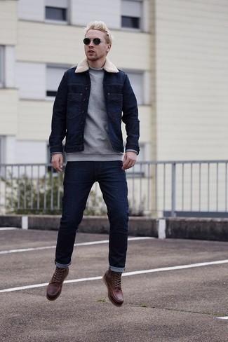 Темно-синяя джинсовая куртка: с чем носить и как сочетать мужчине: Если ты любишь выглядеть по моде, чувствуя себя при этом комфортно и нескованно, стоит примерить это сочетание темно-синей джинсовой куртки и темно-синих джинсов. Теперь почему бы не привнести в повседневный ансамбль немного эффектности с помощью темно-красных кожаных повседневных ботинок?