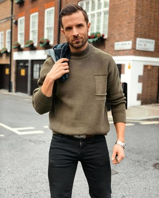 Как и с чем носить: темно-синяя джинсовая куртка, оливковая вязаная водолазка, черные зауженные джинсы, темно-коричневый кожаный ремень