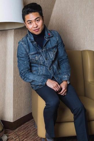 Как и с чем носить: темно-синяя джинсовая куртка, темно-синяя водолазка, темно-синие классические брюки, коричневые кожаные туфли дерби