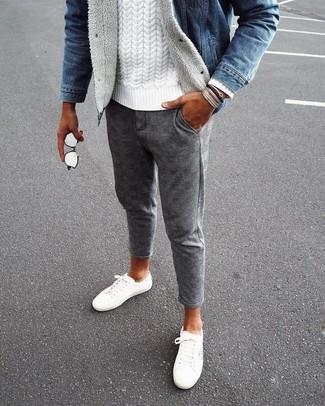 Как и с чем носить: синяя джинсовая куртка, белый вязаный свитер, серые шерстяные брюки чинос в клетку, белые низкие кеды из плотной ткани