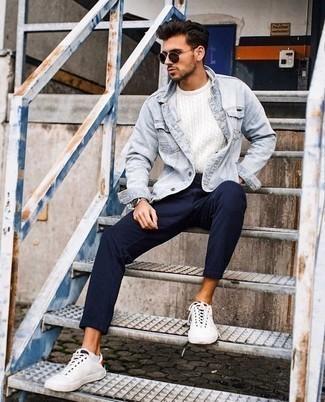 Белые низкие кеды из плотной ткани: с чем носить и как сочетать мужчине: В тандеме друг с другом голубая джинсовая куртка и темно-синие брюки чинос в вертикальную полоску выглядят очень гармонично. Что касается обуви, дополни образ белыми низкими кедами из плотной ткани.