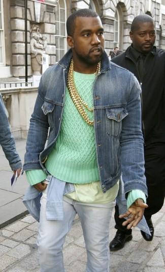 Как и с чем носить: синяя джинсовая куртка, мятный вязаный свитер, голубая джинсовая рубашка, желтая футболка с круглым вырезом