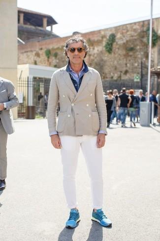 Как и с чем носить: синяя джинсовая куртка, бежевый двубортный пиджак, голубая рубашка с длинным рукавом из жатого хлопка, белые брюки чинос