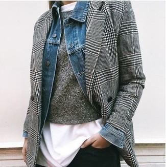 """Как и с чем носить: синяя джинсовая куртка, черно-белый двубортный пиджак с рисунком """"гусиные лапки"""", темно-серый свитер с круглым вырезом, белая футболка с круглым вырезом"""