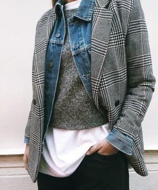 """Как и с чем носить: синяя джинсовая куртка, серый двубортный пиджак с узором """"гусиные лапки"""", серый свитер с круглым вырезом, белая футболка с круглым вырезом"""