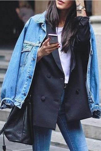 Как и с чем носить: синяя джинсовая куртка, черный двубортный пиджак, белая футболка с круглым вырезом, синие джинсы скинни