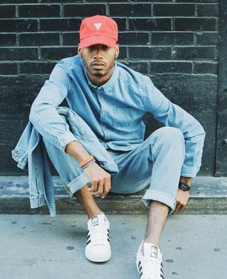 Как и с чем носить: голубая джинсовая куртка, голубая джинсовая рубашка, голубые джинсы, белые кожаные низкие кеды