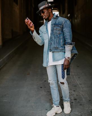 Как и с чем носить: синяя джинсовая куртка, голубая джинсовая рубашка, белая футболка с круглым вырезом, голубые рваные джинсы