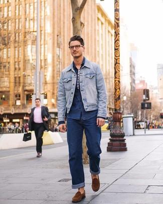 Как и с чем носить: голубая джинсовая куртка, темно-синяя джинсовая рубашка, бело-темно-синяя футболка с круглым вырезом в горизонтальную полоску, темно-синие джинсы