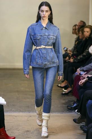 Светло-коричневый кожаный пояс: с чем носить и как сочетать: Синяя джинсовая куртка и светло-коричневый кожаный пояс — превосходное решение для девчонок, которые всегда в движении. Весьма по моде здесь будут смотреться бежевые кожаные босоножки на каблуке.