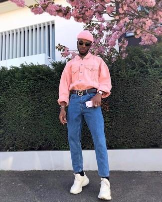 Как и с чем носить: розовая джинсовая куртка, синие джинсы, бежевые кроссовки, розовая шапка