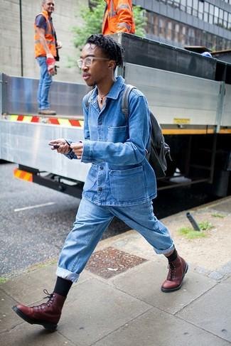 Как и с чем носить: синяя джинсовая куртка, голубые джинсы, темно-красные кожаные повседневные ботинки, черный кожаный рюкзак