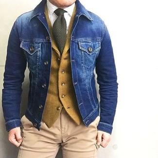 Как и с чем носить: синяя джинсовая куртка, горчичный шерстяной жилет, белая классическая рубашка, светло-коричневые брюки карго