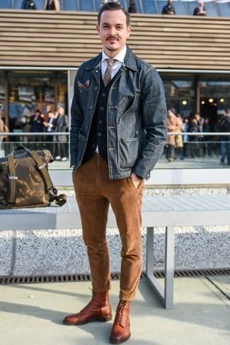 Модные мужские луки 2020 фото в теплую погоду: Темно-синяя джинсовая куртка и табачные вельветовые брюки чинос — обязательные элементы в гардеробе джентльменов с отменным чувством стиля. Хотел бы сделать ансамбль немного строже? Тогда в качестве дополнения к этому луку, выбери коричневые кожаные повседневные ботинки.