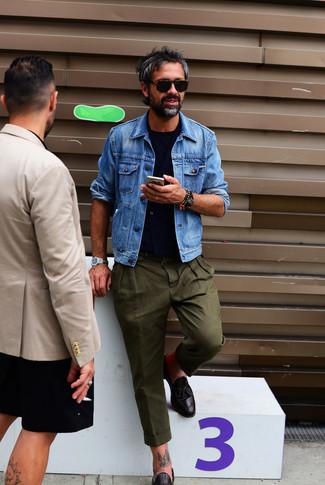 Как и с чем носить: синяя джинсовая куртка, темно-синий жилет, темно-синяя футболка с круглым вырезом, оливковые брюки чинос