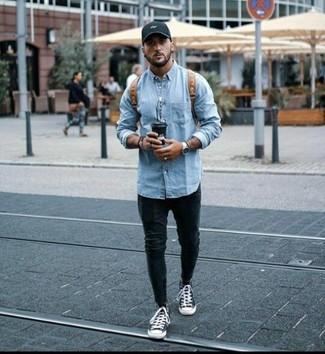 Как и с чем носить: голубая джинсовая куртка, черные зауженные джинсы, черно-белые высокие кеды из плотной ткани, коричневый кожаный рюкзак