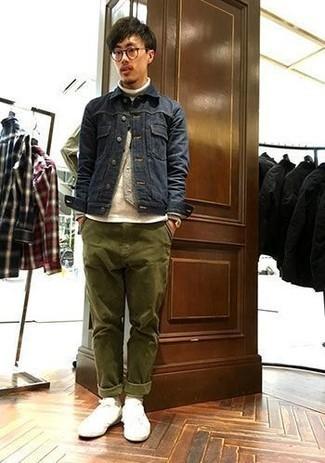 Модные мужские луки 2020 фото: Комбо из темно-синей джинсовой куртки и оливковых брюк чинос поможет выразить твою индивидуальность. Ты можешь легко приспособить такой ансамбль к повседневным условиям городской жизни, надев белыми низкими кедами из плотной ткани.