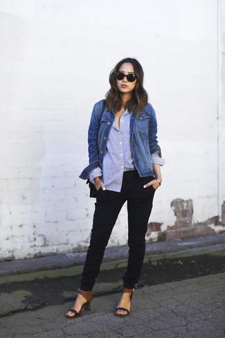 Как и с чем носить: синяя джинсовая куртка, голубая классическая рубашка, черные брюки-галифе, черные кожаные босоножки на каблуке
