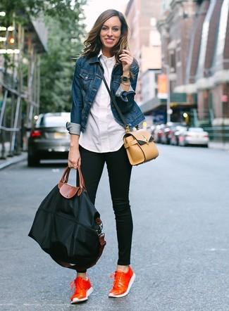 Как и с чем носить: синяя джинсовая куртка, белая классическая рубашка, черные джинсы скинни, оранжевые кожаные низкие кеды