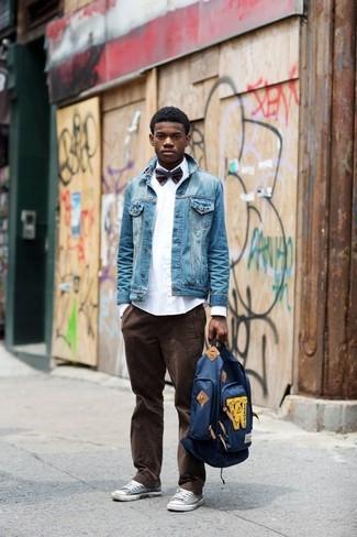 Как и с чем носить: синяя джинсовая куртка, белая классическая рубашка, темно-коричневые вельветовые джинсы, серые низкие кеды