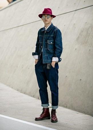 Как и с чем носить: темно-синяя джинсовая куртка, белая классическая рубашка, темно-синие джинсы, темно-красные кожаные повседневные ботинки