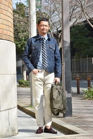 Темно-синяя джинсовая куртка: с чем носить и как сочетать мужчине: Темно-синяя джинсовая куртка и белые джинсы — неотъемлемые предметы в арсенале поклонников расслабленного стиля. В паре с темно-красными кожаными лоферами такой образ смотрится особенно гармонично.