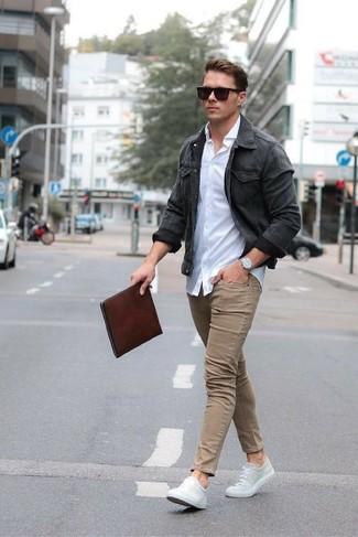 Как и с чем носить: темно-серая джинсовая куртка, белая классическая рубашка, светло-коричневые зауженные джинсы, серые низкие кеды из плотной ткани