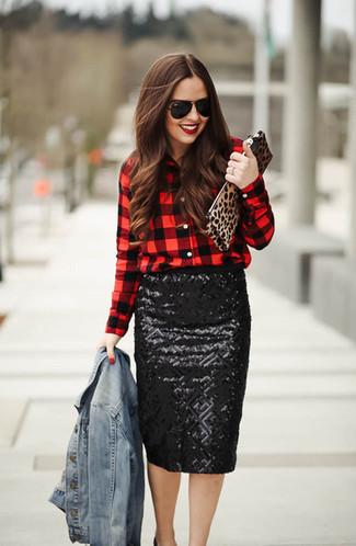 Как и с чем носить: голубая джинсовая куртка, красно-черная классическая рубашка в клетку, черная юбка-карандаш с пайетками, черные кожаные туфли