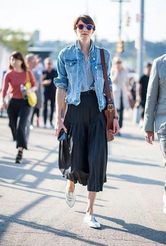 Как и с чем носить: синяя джинсовая куртка, бело-синяя классическая рубашка в вертикальную полоску, черная юбка-миди со складками, серебряные кожаные лоферы