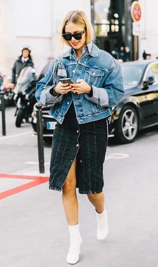 Как и с чем носить: синяя джинсовая куртка, бело-темно-синяя классическая рубашка в вертикальную полоску, черная джинсовая юбка на пуговицах, белые кожаные ботильоны