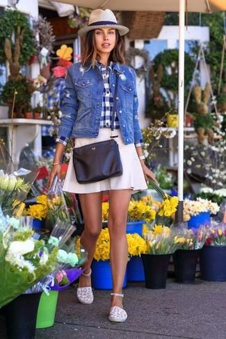 Как и с чем носить: синяя джинсовая куртка, темно-сине-белая классическая рубашка в мелкую клетку, белая юбка-трапеция, белые эспадрильи из плотной ткани