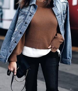 Как и с чем носить: синяя джинсовая куртка, коричневый короткий свитер, белая футболка с круглым вырезом, черные джинсы скинни