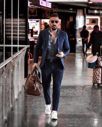 Коричневая кожаная дорожная сумка: с чем носить и как сочетать мужчине: Сочетание синей джинсовой куртки и коричневой кожаной дорожной сумки - очень практично, и поэтому прекрасно подойдет для повседневой носки. Не прочь сделать ансамбль немного элегантнее? Тогда в качестве дополнения к этому луку, стоит выбрать белые кожаные низкие кеды.