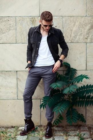 Как и с чем носить: черная джинсовая куртка, белая майка, серые брюки чинос, черные кожаные ботинки челси