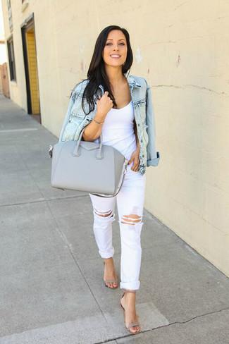 Как и с чем носить: голубая джинсовая куртка, белая майка, белые рваные джинсы-бойфренды, серые кожаные босоножки на каблуке