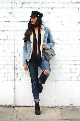 Как и с чем носить: голубая джинсовая куртка, белая майка, темно-синие рваные джинсы, черные замшевые ботильоны на шнуровке