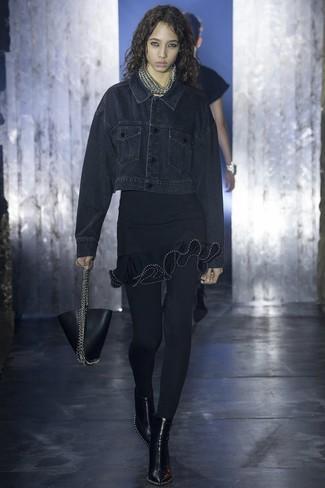 Как и с чем носить: черная джинсовая куртка, черное облегающее платье с рюшами, черные кожаные ботильоны, черная кожаная сумочка