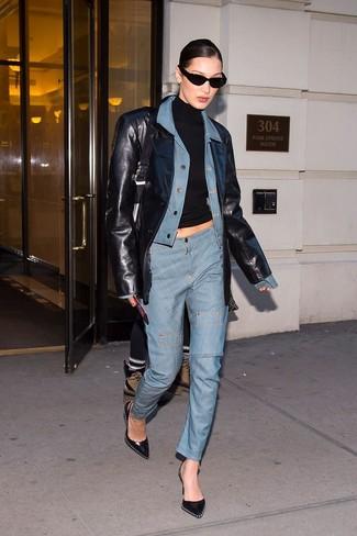 Как и с чем носить: голубая джинсовая куртка, черный кожаный пиджак, черная водолазка, голубые джинсы