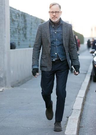 Как и с чем носить: синяя джинсовая куртка, серый шерстяной пиджак в клетку, черная классическая рубашка, темно-синие классические брюки в вертикальную полоску