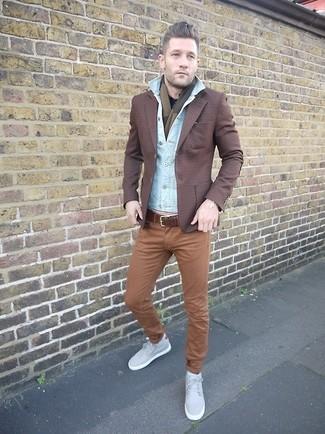 Как и с чем носить: голубая джинсовая куртка, темно-коричневый пиджак в шотландскую клетку, черная рубашка с длинным рукавом, коричневые брюки чинос